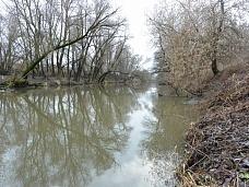 Участок  на берегу реки.