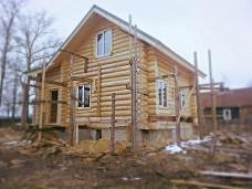 Новый  бревенчатый дом на просторном учас